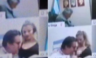 Αργεντινός βουλευτής φίλησε το στήθος της γυναίκας του εν ώρα τηλεδιάσκεψης (βίντεο)