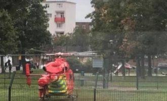Πυροβολισμοί έξω από σχολείο στο Λονδίνο – Χαροπαλεύει 27χρονος