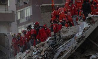 42 νεκροί στη Σμύρνη από τον φονικό σεισμό