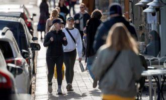 Κορωνοϊός: Λύγισε η χαλαρή Σουηδία και παίρνει μέτρα