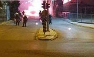 Επεισόδια στον Ασπρόπυργο μεταξύ κατοίκων και ΜΑΤ για το lockdown