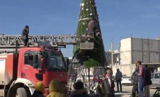 Άγνωστοι έβαλαν φωτιά στο χριστουγεννιάτικο δέντρο της Κομπάνι στη βόρεια Συρία
