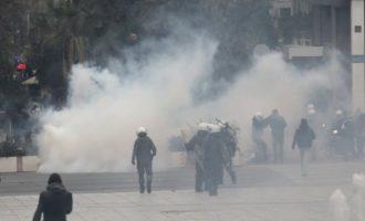 Βροχή χημικά στο Σύνταγμα σε διαδηλωτές αρνητές του κορωνοϊού