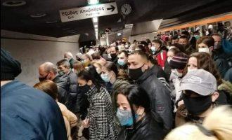 Σαν σαρδέλες οι πολίτες στο Μετρό – Εκεί «δεν κολλάει»; Μόνο στις διαδηλώσεις «κολλάει»;