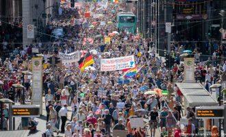 Στουτγάρδη: Μεγάλες διαδηλώσεις κατά των περιοριστικών μέτρων