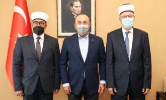 Με τον γιο του Σαδίκ και τους ψευτομουφτήδες ο Τσαβούσογλου στο Τουρκικό Προξενείο