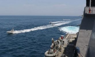 Αμερικανικό πλοίο έριξε προειδοποιητικά πυρά κατά ιρανικών ταχύπλοων των Φρουρών