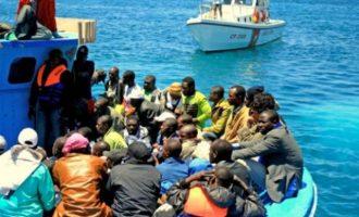 Τέσσερα πλοιάρια με εκατοντάδες μετανάστες έφτασαν στην Λαμπεντούζα