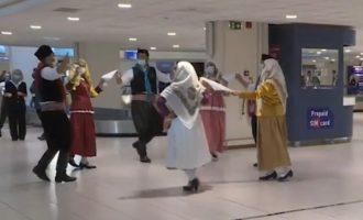 Χορεύουν οι Ροδίτες επειδή ήρθαν οι τουρίστες – Τριτοκοσμική υποδοχή στο αεροδρόμιο (βίντεο)