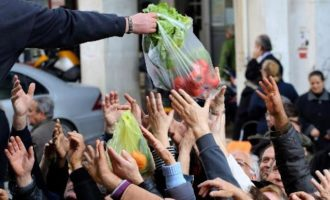 Η φτώχεια «πλακώνει» τους Έλληνες – Ακόμη και οι μη φτωχοί στερούνται βασικά αγαθά