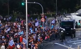 Επεισόδια στη Θεσσαλονίκη – Κατά Μητσοτάκη οι διαδηλωτές (βίντεο)